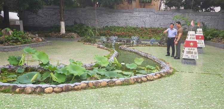 Mô hình đất nước Việt Nam hình chữ S với quần đảo Hoàng Sa, Trường Sa nổi bật giữa khuôn viên của Bảo tàng.