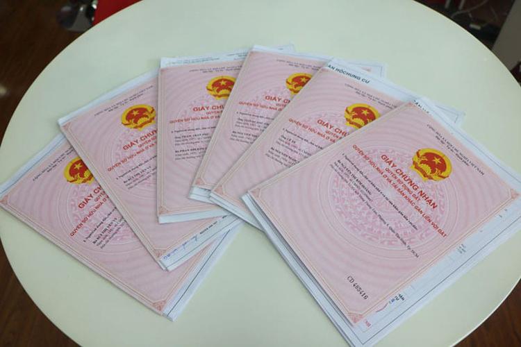 """Khủng hoảng từ việc thu hồi """"sổ hồng"""" ở các chung cư Hà Nội bộc lộ các vấn đề nội tại trong cấp phép, quản lý, giám sát các dự án chung cư. (Ảnh: KT)"""