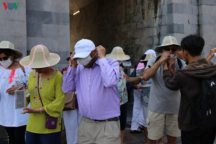 Phát khẩu trang Y Tế cho du khách tham quan các điểm di tích Huế.