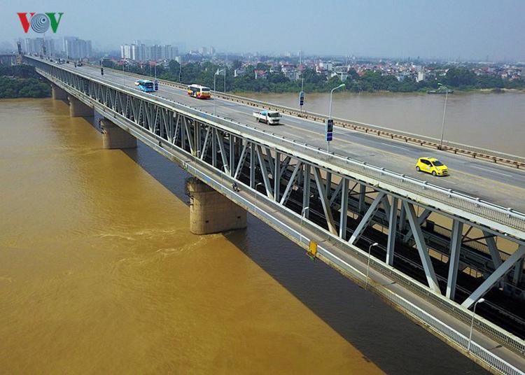Mặt cầu Thăng Long hiện tại bây giờ rất xấu. Như mình lái xe taxi thường xuyên di chuyển trên mặt cầu Thăng Long, nhiều ổ voi, ổ gà, rồi ảnh hưởng đến những người tham gia giao thông.