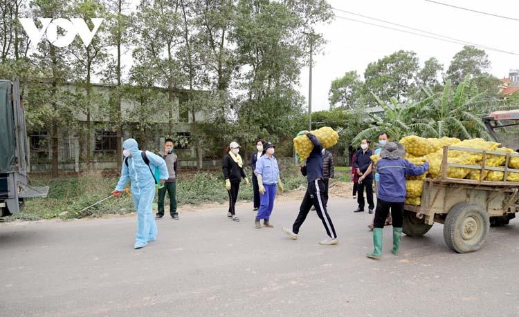Tỉnh Quảng Ninh đã giúp tiêu thụ nông sản của nông dân trong vùng dịch bằng cách làm việc với tiểu thương tại các chợ dân sinh, các siêu thị và Trung tâm thương mại trên địa bàn để đưa nông sản đến tay người tiêu dùng với giá cả phù hợp, an toàn.