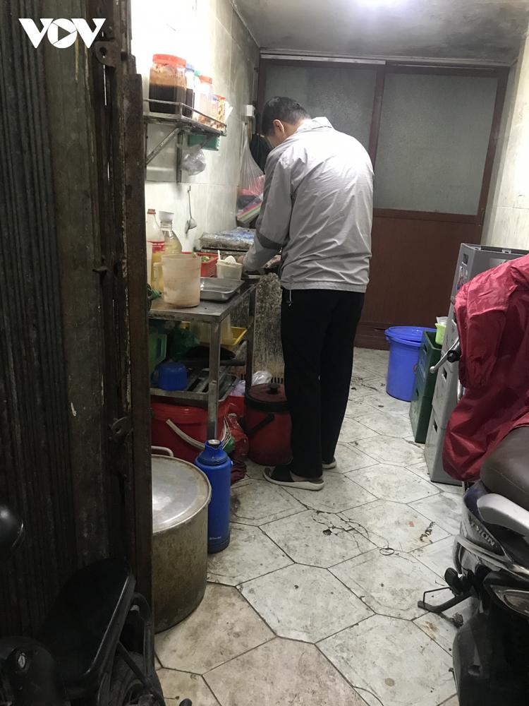 Bên trong ngõ không chỉ nhà dân. Diện tích tầng 1 chỉ với 6m2 là cửa hàng, quán ăn. Người dân phố cổ Hà Nội tận dụng những con ngõ nhỏ để kinh doanh, buôn bán.