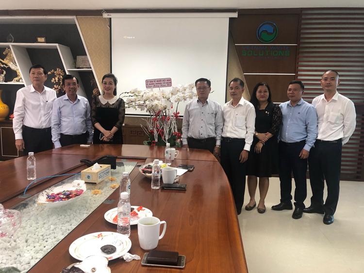 Ông David Duong cùng vợ (bà Huỳnh Thị Lan Phương, Phó TGĐ VWS) chụp hình lưu niệm cùng Ủy ban về người Việt Nam ở nước ngoài TP.HCM