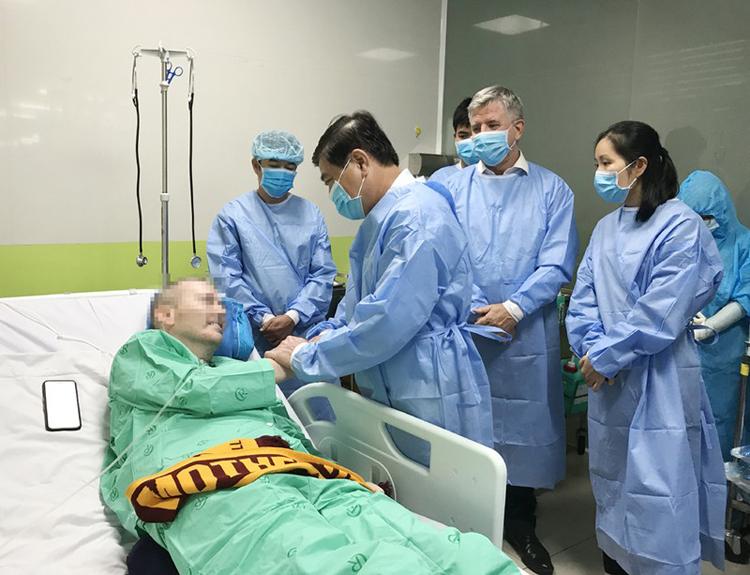 Chủ tịch UBND TP.HCM Nguyễn Thành Phong xúc động và bất ngờ trước sự hồi phục kỳ diệu của phi công người Anh.