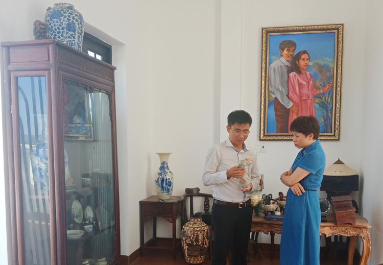 Nhà sưu tập Võ Minh Luân giới thiệu cho khách tham quan về niên đại lịch sử của một số hiện vật.