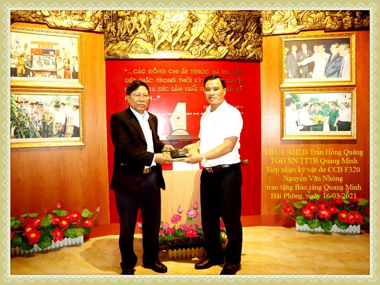 Ông Trần Hồng Quảng (áo trắng) tiếp nhận hiện vật hiến tặng từ các cựu chiến binh.