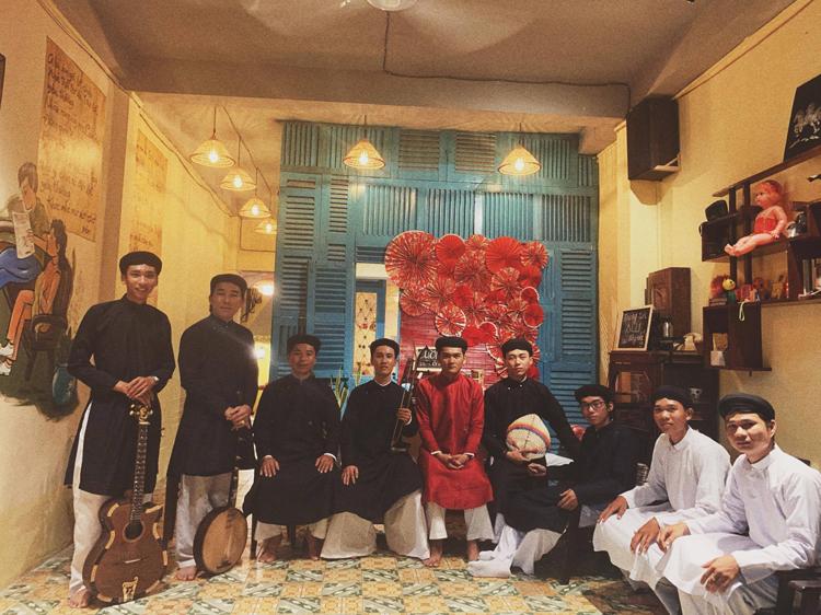 Lương Hoài Trọng Tính (áo dài đỏ) cùng các thành viên trong Đại Nam Hội quán trong một buổi giới thiệu về nhạc lễ Nam bộ