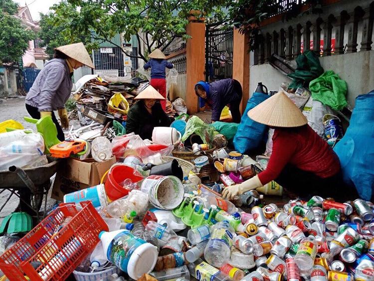 Phân loại rác thải tại tổ dân phố Khu 1, phường Hà Trung, thành phố Hạ Long, Quảng Ninh.