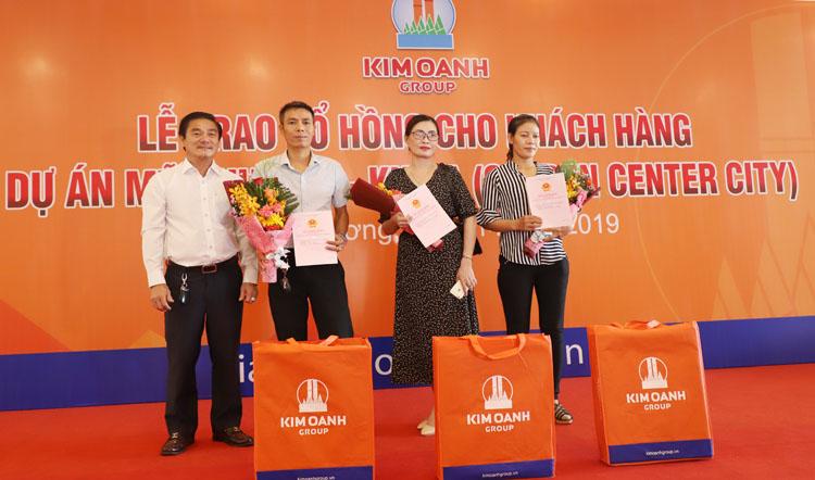 Đại diện Kim Oanh Group trao sổ hồng cho khách hàng Dự án Mỹ Phước 4 Khu A.