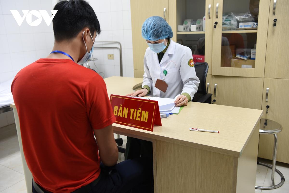 Tình nguyện viên tiêm thử vaccine Nanocovax.