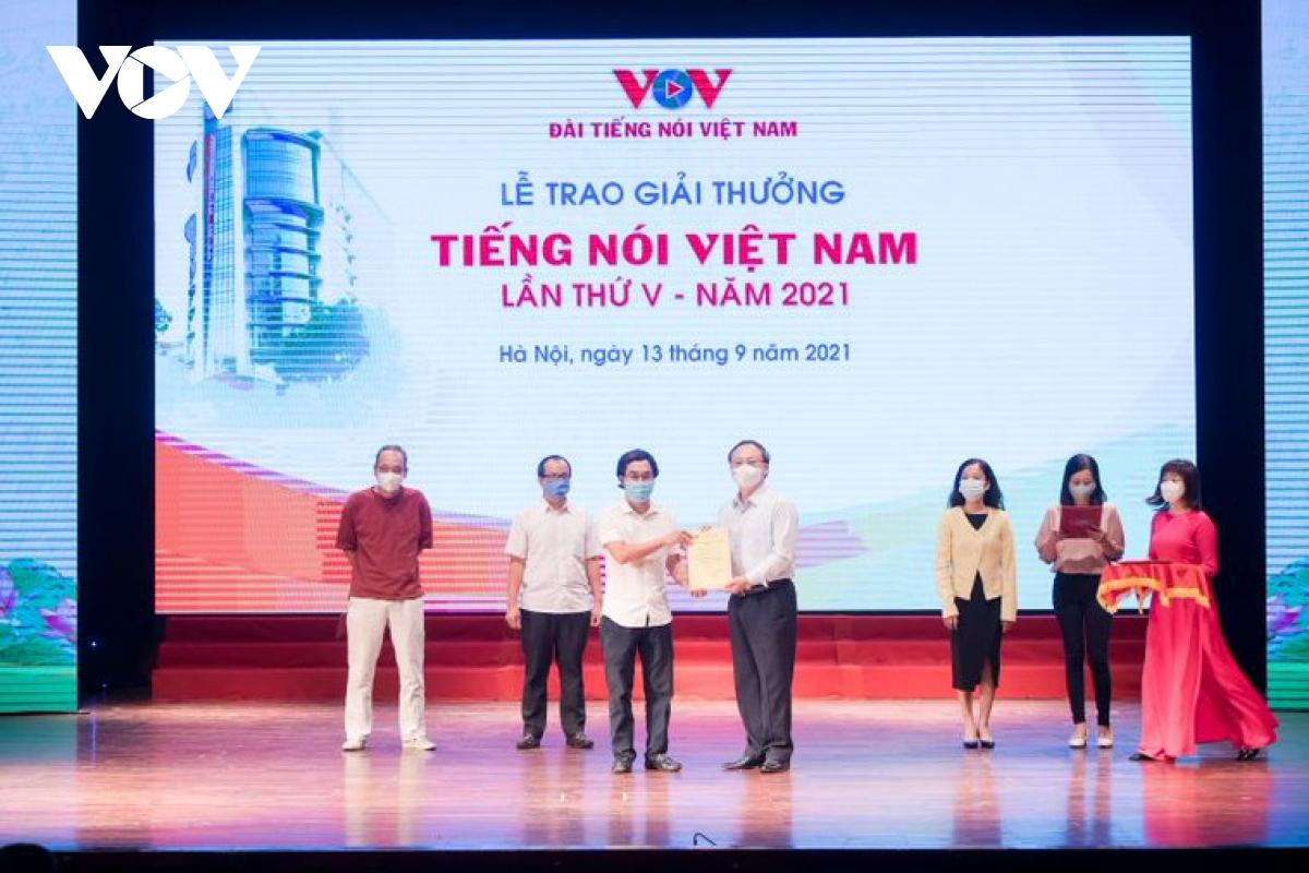 Tổng Giám đốc VOV Đỗ Tiến Sỹ trao giải A cho các tác giả.