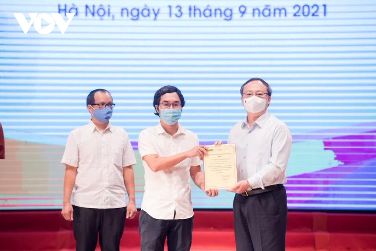 Phóng viên Nguyễn Hoài Lam đại diện nhóm tác giả của Báo Điện tử VOV nhận giải A.