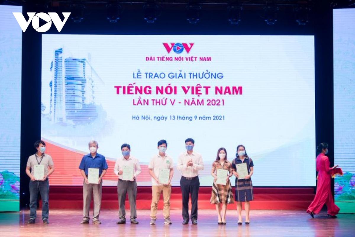 Phó Tổng Giám đốc VOV Ngô Minh Hiển trao giải C cho các tác giả.