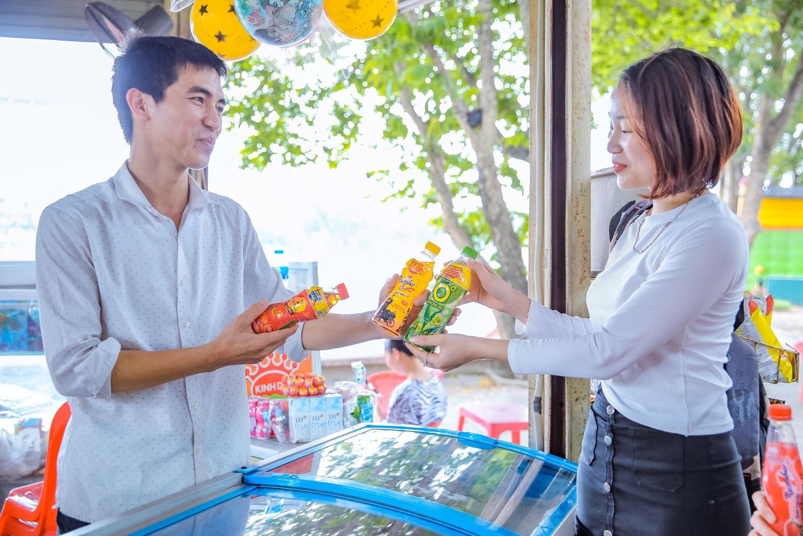 Người tiêu dùng háo hức giải khát với các sản phẩm như Trà Dr Thanh, Trà Xanh Không Độ, Nước tăng lực Number 1 để có cơ hội dễ dàng trúng các giải thưởng giá trị. (Hình tư liệu tháng 4/2021).