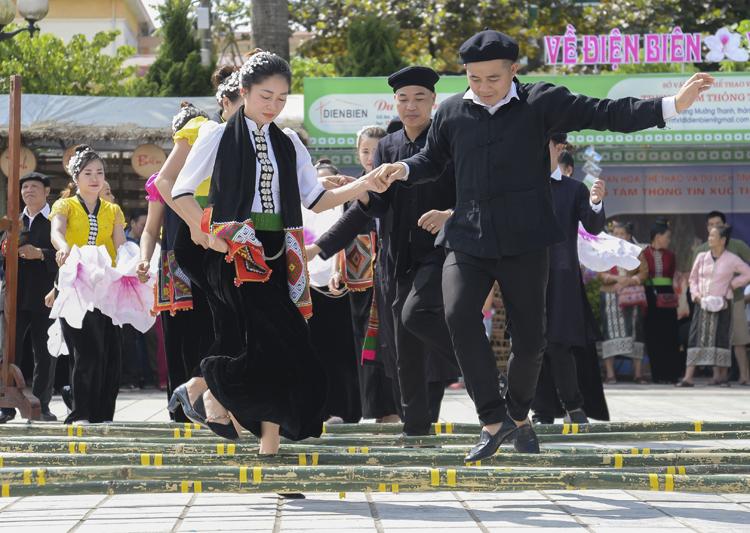 Vui điệu xòe sạp trong Ngày hội văn hóa dân tộc Thái lần thứ 2, tỉnh Điện Biên.