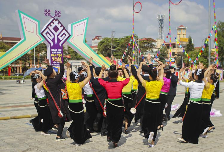 Điệu xòe đại đoàn kết của đồng bào dân tộc Thái ở Điện Biên.